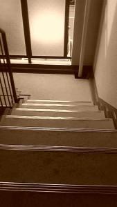 階段は静かに